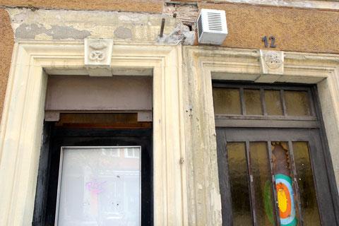 Eingangsbereich des Hauses mit Berufszeichen vor der Renovierung im Jahr 2013