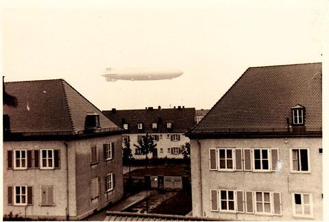 Zeppelin über Schweinfurt - fotografiert von der Leibnitzstraße auf den Gorch-Fock-Platz; im Vordergrund die Häuder des Roten Kreuzes - 1934