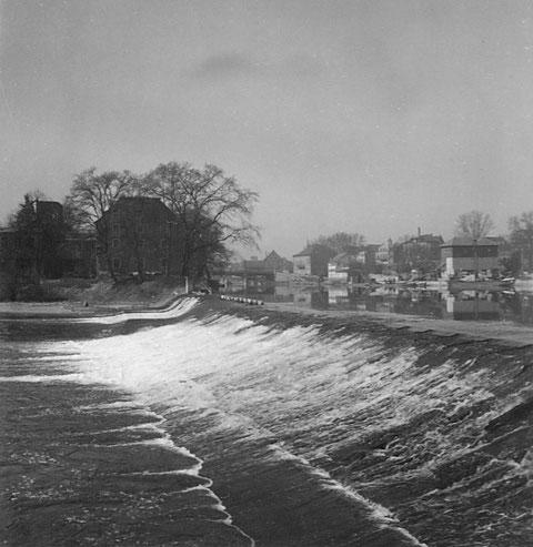 April 1950 - Spaziergang am Main mit Elefantenbuckel und Blick auf die Stadt