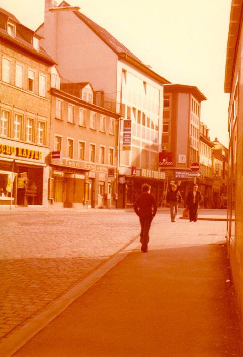 """Am alten Postplatz - heute Georg Wichtermann Platz - mit """"Spielwaren Fenn"""""""