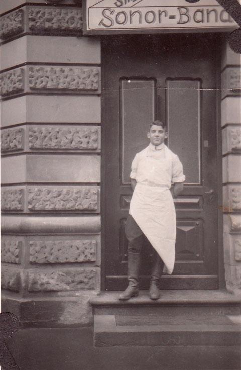 Am Eingang zur Gaststätte - Arnulf Schäfer als Metzgerlehrling - Danke an Yüksel Tas