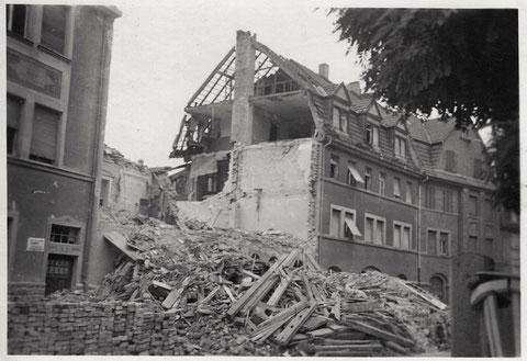 1943/45 nach einem Bombenangriff, rechts Schopperstraße 19