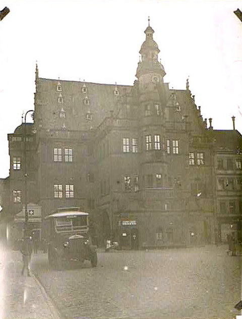 Rathaus mit Lieferwagen der Färberei Richter 1928 vor Rathaus
