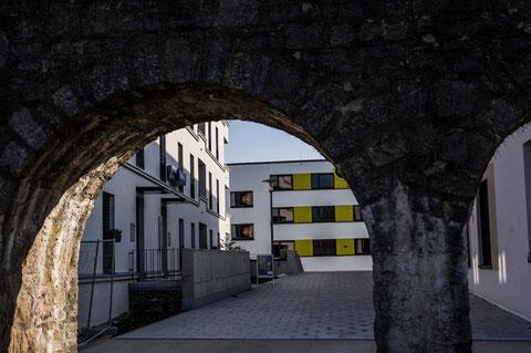 """Blick durch die Stadtmauer in die """"neue Hadergasse"""""""