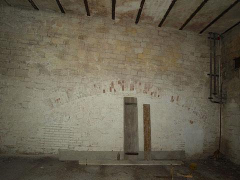 Einst waren die Ebenen wohl anders angeordnet, was an dem in der Wand vorhandenen Bogen erkennbar ist