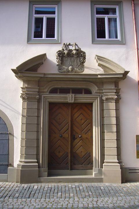 Das barocke Eingangsportal mit Wappen Fehr 1736