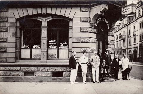Die Belegschaft vor dem Eingang - rechts Sattlerstraße - Jahr unbekannt