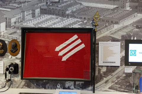 """Fahne und Fahnenspitze der """"Eisernen Front Schweinfurt"""""""