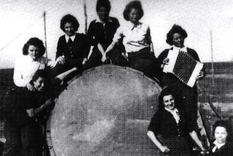 Flakscheinwerfer 708, wurde von Frauen bedient - hier die Gruppe bei Hambach