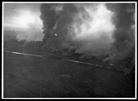 Schweinfurt brennt nach einem Bombenangriff