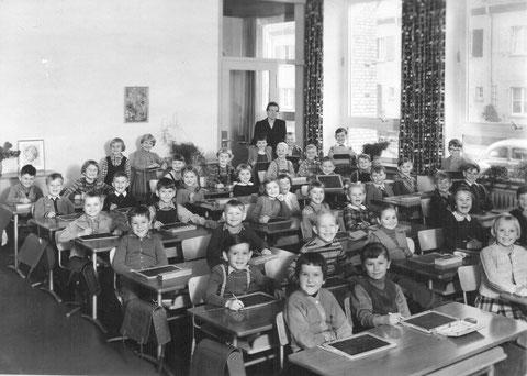 Auenschule mit Lehrerin Frau Pfister aus Sennfeld - 1958. ersten Schulbank der Mädchen rechts hies Link,zweite Schulb.links Erich Widuckel Inh.Rolladen Hartmann,dritte Schulb.rechts Günther Jobst, links Willi Stützel - Danke an Günther Jobst