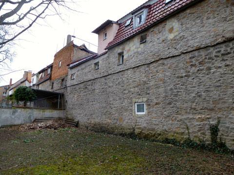 Ein weiteres Stück Stadtmauer bildet die Rückseite der Häuser der Neuen Gasse nach Norden in Richtung Obertor