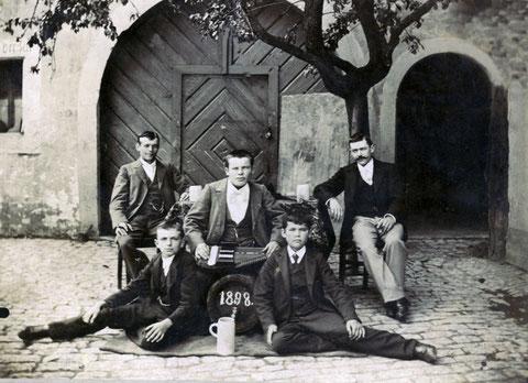 Michael Stubenrauch mit Freunden im Hof des Anwesens Metzgergasse 16
