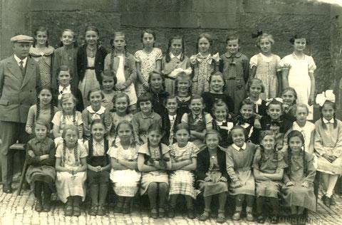 Steinwegschule 1. Klasse mit Lehrer Rupp - Jahr unbekannt