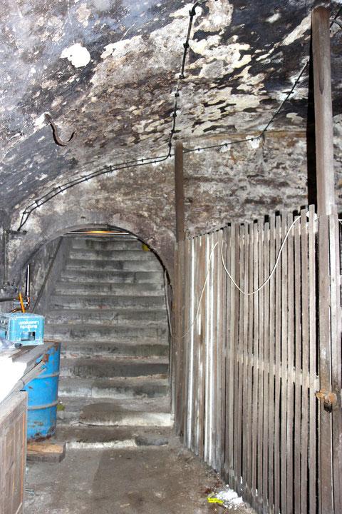 Blick in Keller 1 zum Treppenaufgang