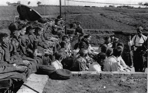 Waffenunterricht im Geschützstand - Flakabteilung 451 in Sennfeld