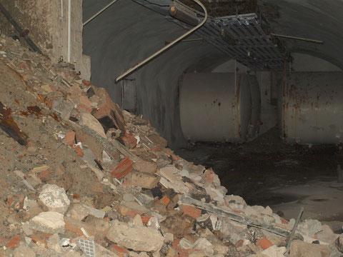 Die Treppe endet in einem weiteren Gewölbetrakt, der aus mehreren Räumen besteht - auch hier noch viele Relikte aus alten Brauereizeiten