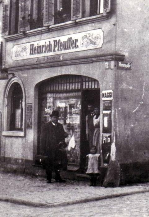 In der Ladentüre stehen Michael und Maria Ahles mit Tochter Elsa. Im Haus wurde auch der Sohn Willy Ahles geboren. Nach dem Ersten Weltkrieg zog die Familie nach Sulzheim.