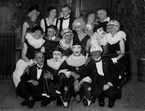 Fasching Liederkranz 1927 Mittig mit Stirnband Rosl Feyh, geb. Bechert. Danke an Frau Ilse Rankl