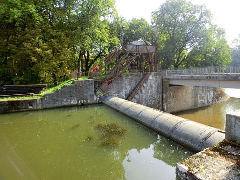 Das Walzenwehr heute an der Zufahrtsstraße zur Cramermühle