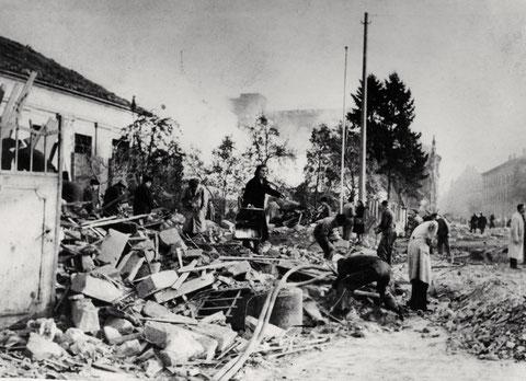 Trümmer des Anbaues am Kesselhaus, Schultesstraße, (Bau 27), links im Hintergrund Maschinenhaus (Bau 35), und der Hochbau mit Wälzlagerfertigung (Bau 41), 14.10.1943,