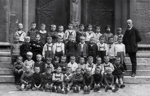 1. Klasse Volksschule 1929 mit Lehrer Ruck hinten 2. V. r. Helmut Feyh vor der Hl.-Geist-Kirche. Schule unbekannt. Danke an Ilse Rankl