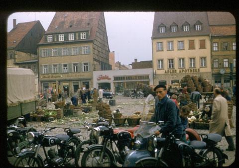 rechts im Hintergrund die Adler-Apotheke 1955