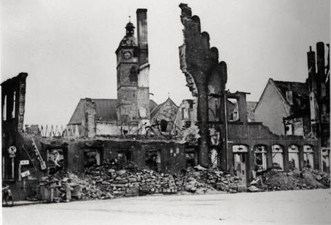 Obere Straße mit Blick auf Johanniskirche durch die Ruine der Weinstube Kohl