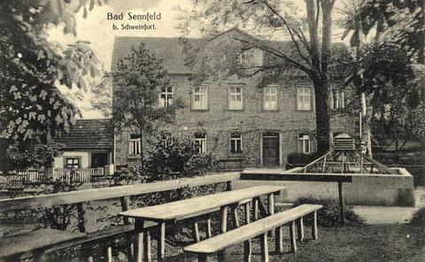 Bad Sennfeld um 1919. Das Hauptgebäude wurde 1852 zusammen mit der Sturzbadhalle errichtet. Links vom Hauptgebäude ein Teil des ersten Badehauses. Rechts die Henneberg-Quelle