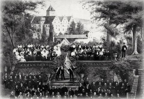 Der Liederkranz Schweinfurt vor dem Schloss Mainberg - damals Männlein und Weiblein noch brav getrennt