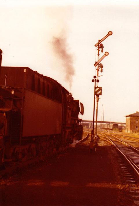 Ausfahrt eines Güterzugs in Richtung Würzburg