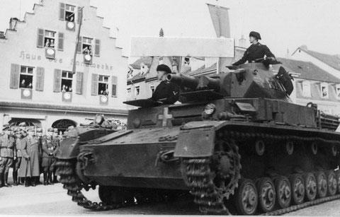 Parade der 4. Panzerdiv. in der Schultesstraße vor der Hl. Geist-Kirche