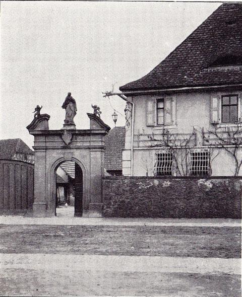 Portal des M. Schreiber'schen Stiftungsanwesens aus dem Jahre 1776. Am Haus interessante wasserspeier, Laternenhalter u. Fenstergitter im Rokokostil