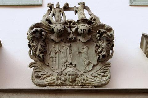 Das Wappen über der Eingangstür des Fehrhauses (heute Neukamm)