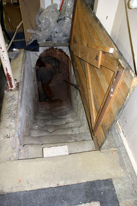 Der Abstieg erfolgt über eine Bodentüre im Erdgeschoss