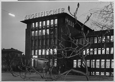 Eingang Verwaltungsgebäude am Abend