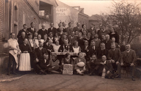 Schlachtschüsselgesellschaft im Jahre 1926 vor der Gaststätte Oberer Wall (Lucker Hannes). In der Mitte mit Kravatte, Schnurrbart und flachem runden Hütchen Johannes Heck, der in der Neuen Gasse 33 eine Käserei betrieb - Dank an Willi Sauer