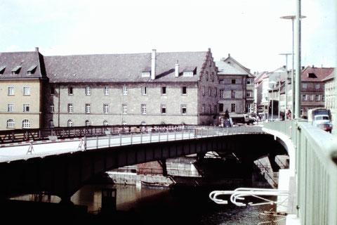 Alte (links) und neue Mainbrücke stadteinwärts betrachtet 1960 - Danke an Christel Feyh
