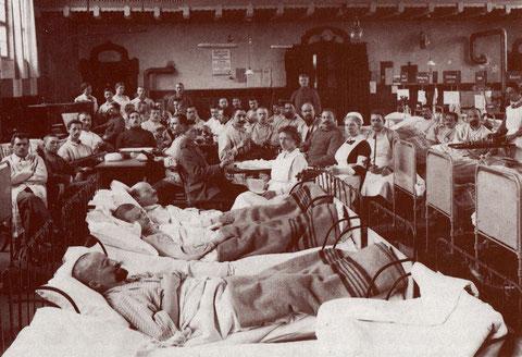 Hier fotografierte verwundete Soldaten in der Turnhalle