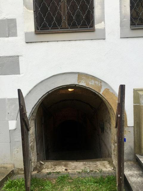 Der Zugang zu dem Gewölbekeller, der einst ebenfalls wohl der Keller eines dort einst stehenden Gadenhauses war, brfindet sich an der Frontseite des 1582 erbauten Alten Gymnasiums