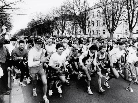 Marathonlauf in der Niederwerrner Straße vor den Ledward-Kasernen