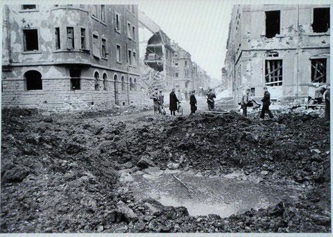 Wilhelmstraße mit Bombentrichter