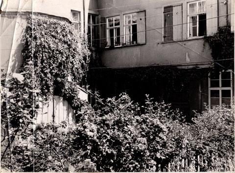 Der Innenhof noch begrünt am Bauschenturm Anfang der 1950er (links der Bauschenturm)