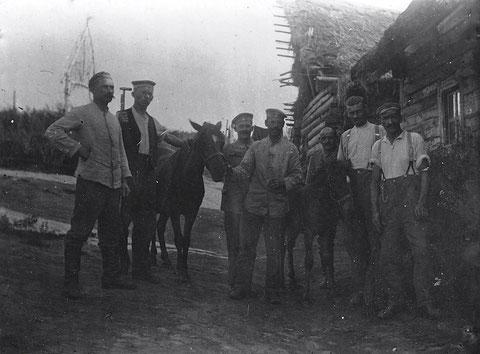 Bat. Schweinfurt; Russland August 1917; Dorf Dolginowa (?); Busching, Herzog, Heil,Ringle(?),..... Wörner...