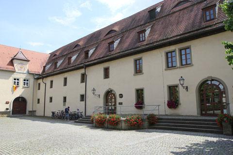Hof westlich des Rathauses mit Bibliothek und Blick auf das 1666 gebaute Zehnthaus, das damals als Getreidespeicher genutzt wurde