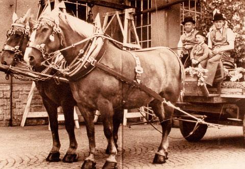 """1949 - Rappengespann """"Fanni und Mucki"""" - mit Bierführer Johann Schneider und Beifahrer Franz Kraus, Junge Kurt Handschuh"""