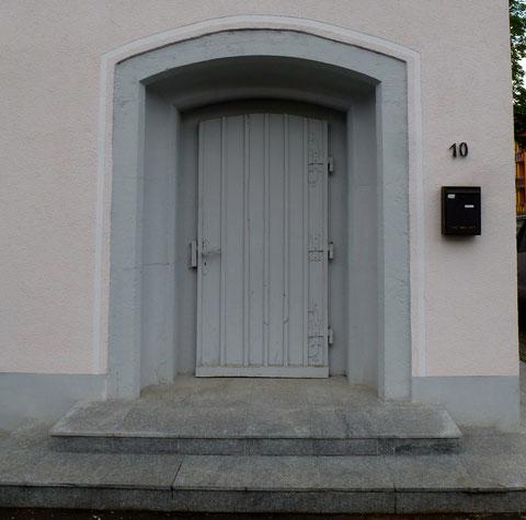 Die ehemalige Eingangstüre zum Bunker - alle anderen Gebäudeöffnungen wurden nachträglich eingebracht
