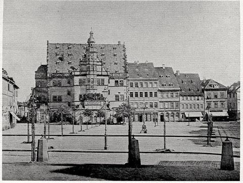 Die Linden und Ulmen rund um den Marktplatz wurden 1877 gepflanzt und 1940 entfernt