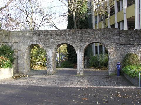 Durchgang durch die Stadtmauer vom Theaterpark zur Hadergasse - noch zu Zeiten des alten Parkhauses