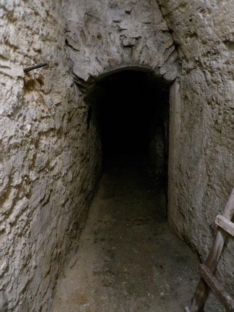 Nach Umrundung der Mauer führt ein Gang in unterschiedlichen Höhe bis unter das Krämer'sche Haus